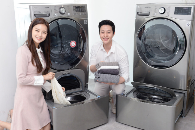 LG전자가 2015년 처음 선보인 트롬 트윈워시가 신개념 세탁문화를 이끌며 올해 3월까지 국내 판매량이 전년대비 1.5배 늘었다. 2년 전 같은 기간과 비교하면 약 2배 증가했다. 트윈워시는 세탁(왼쪽)와 건조기(오른쪽) 모두에 적용 가능하다. [LG전자 제공]
