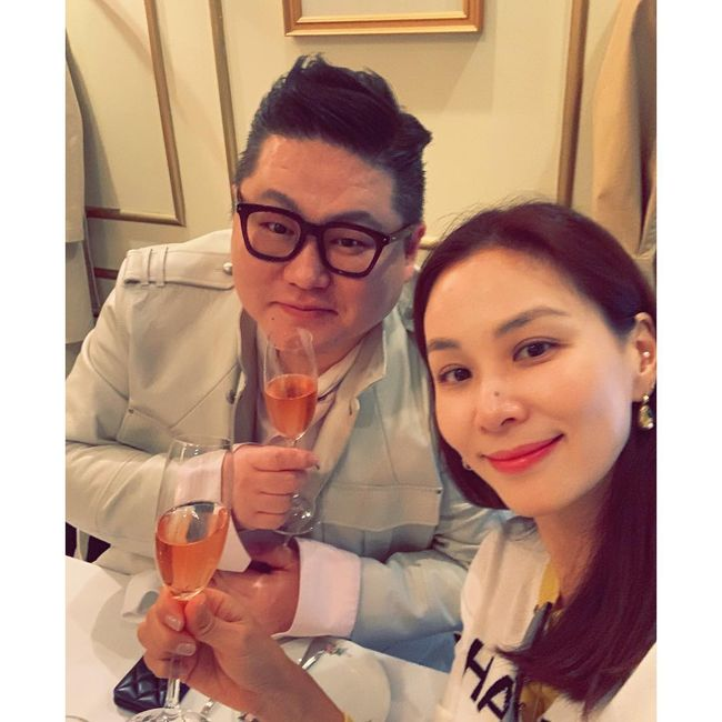 <p> Actress Ko So-young, Chung Yoon-stylists birthday at The Party I attended.</p><p>Ko So-young is a 4 days - love the glittery guests birthday birthday, The Party at long last, but a pleasurable and enjoyable lunchin this photo with several chapters published.</p><p>Public photo belongs to Ko So-young and Jung Yoon is holding champagne. Birthday The Party to attend so thick two peoples eye-catching.</p><p>Especially Ko So-young is a 48 year olds to believe while not. Pale makeup in the Shine of his Beautiful looks is envy.</p><p>Ko So-young last 2010 actor Jang Dong-Gun and marriage, the 1 Man 1 maid put. Ko So-young is the last in 2017 KBS 2TV drama 'the perfect wife'was a return, since the next review. [Photos] Ko So-young Instagram</p><p> Ko So-young Instagram</p>