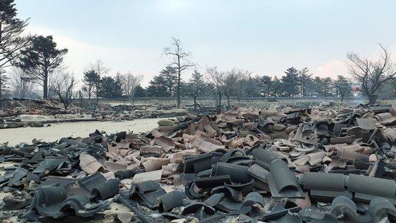 5일 오전 산불로 인해 속초시 대조영세트장 내 목조 건축물이 불에 타 처첨한 모습이다. [연합뉴스]