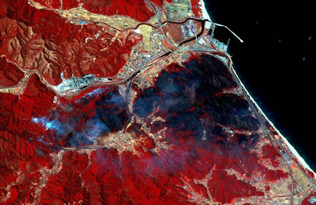 e022c4ee90e 위성에서 본 강원도 속초와 고성 산불 현장입니다. 다목적 실용위성 아리랑 3호가 오늘(5일) 오후 촬영한 영상입니다.