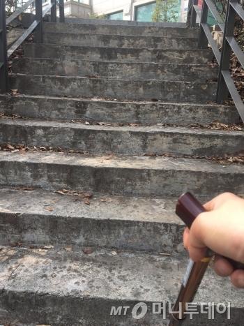 노인생애체험센터에서 올라오는 계단. 이건 다 올라왔을 때 찍은 것이고, 이 정도 되는 계단 구간이 여섯번 정도 더 있었다. 사진엔 안 찍혔지만, 엄청 헉헉 거리며 쉬고 있었다. 마치 등산하는 기분이랄까./사진=남형도 기자