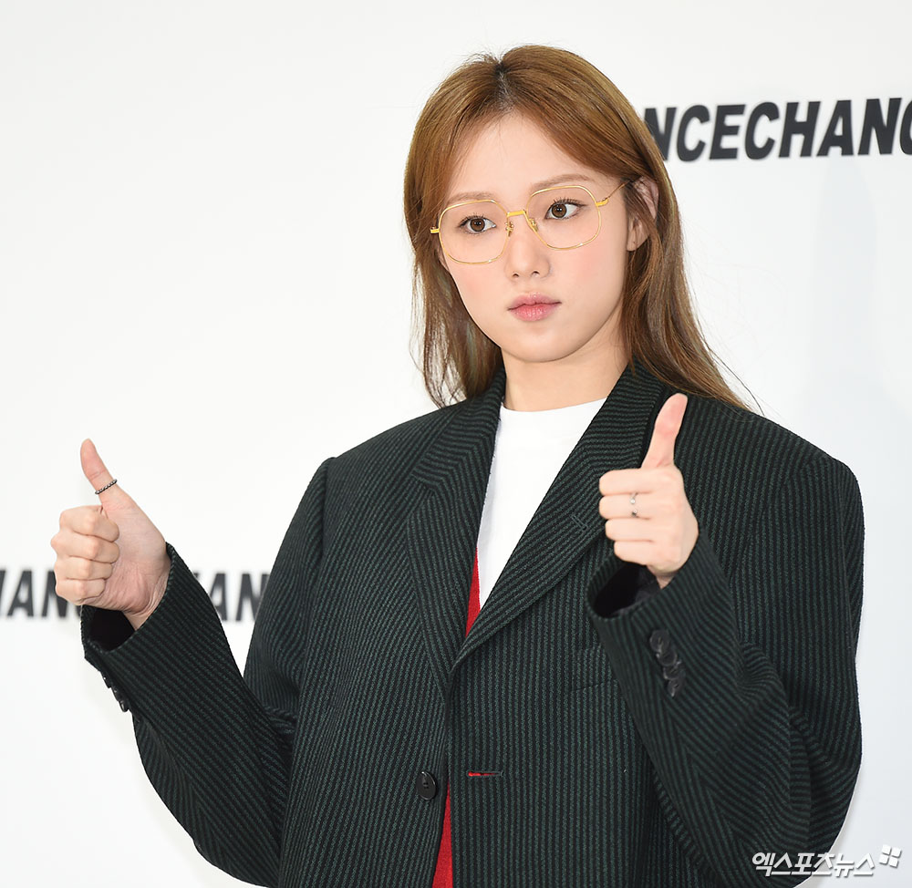 <p> 6 PM Seoul Seongsu-dong in the review Open in one designer brand new collection of the show attended the memorial ceremony for actor Lee Sung-kyung In this pose.</p>