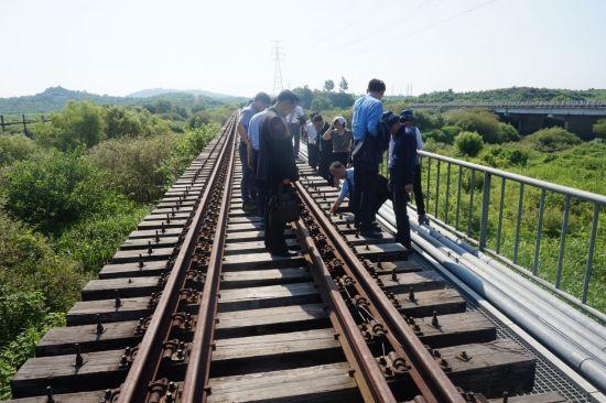 문재인 대통령은 지난해 8월 15일 광복절 경축사를 통해 동북아 6개국과 미국이 함께 하는 동아시아철도공동체를 제안했다. 사진은 지난 2018년 7월 남북철도점검단이 경의선 철도의 북측 연결구간 중 사천강 철도 교량을 점검하는 모습.