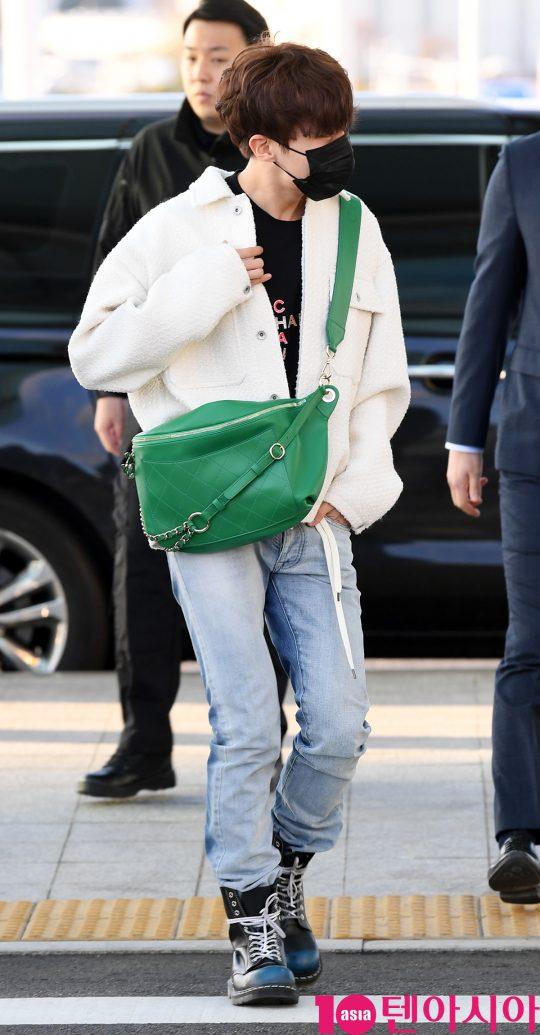 그룹 방탄소년단(RM, 슈가, 진, 제이홉, 지민, 뷔, 정국) 제이홉이 10일 오후 미국 SNL 출연 및 '페르소나' 앨범 컴백무대 참석차 인천국제공항을 통해 미국 뉴욕으로 출국하고 있다.