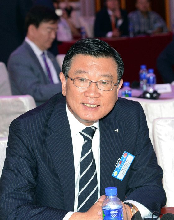 지난 4일 오후 중국 상하이 쉐라톤호텔에서 열린 한중 비즈니스 포럼에 참가한 박삼구 금호그룹 회장. 박 회장은 그룹 유동성 위기에 최근 경영권 포기를 선언했다. [청와대사진기자단]