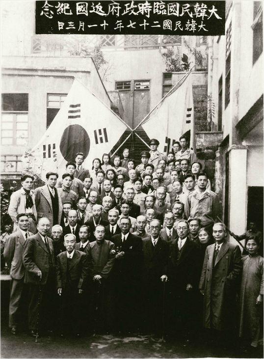 1945년 11월 3일, 중국 충칭 대한민국임시정부 청사 앞에서 임시정부 요인들이 환국기념촬영을 하고 있다. 김구선생 바로 뒤쪽에 서있는 인물이 김상덕 선생이다. (사진=대한민국임시정부기념사업회)