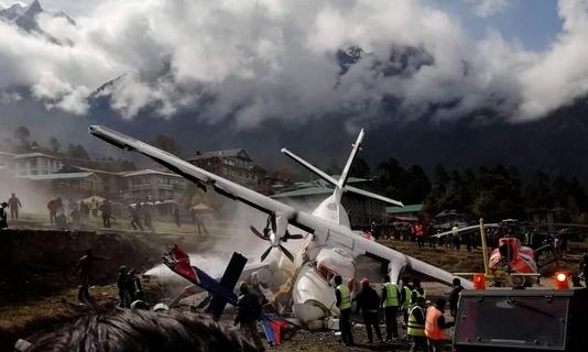 네팔 에베레스트산 관문인 루클라의 텐징 힐러리 공항에서 2019년 4월 14일 서미트 항공 소속 소형여객기와 헬리콥터가 충돌해 부서진 기체 사이에서 하얀 연기가 뿜어져 나오고 있다. /연합뉴스