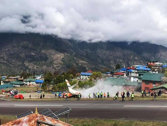 네팔 루클라의 텐징 힐러리 공항에서 2019년 4월 14일 서미트항공 소속 소형여객기가 이륙하던 중 활주로에 정차해있던 헬리콥터와 충돌했다. 이 공항은 에베레스트산 해발 2845m에 위치해 있으며 산비탈을 깎아 만들어 활주로가 경사져있다. /연합뉴스