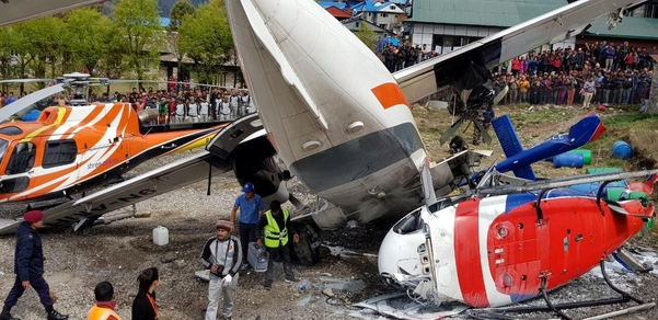 네팔 루클라의 텐징 힐러리 공항에서 2019년 4월 14일 서미트항공 소속 소형여객기가 이륙하던 중 활주로에 정차해있던 헬리콥터와 충돌했다. /연합뉴스