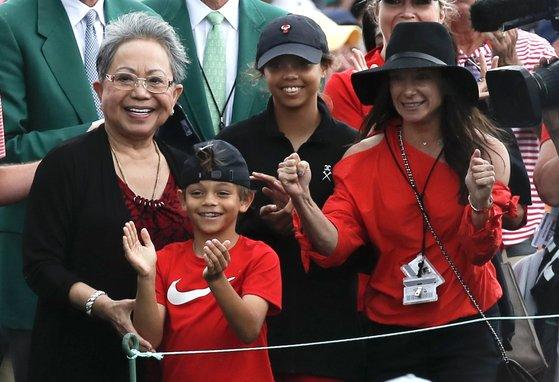 우즈의 우승을 축하하는 가족들. 왼쪽부터 어머니 쿨티다. 딸 샘, 아들 찰리, 연인 에리카 허먼. [로이터=연합뉴스]