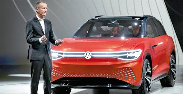 헤르베르트 디스 폭스바겐 최고경영자가 14일(현지시간) 중국 상하이 모터쇼에 앞서 폭스바겐의 전기차 플랫폼 기반 대형 suv `id 룸즈`를 소개하고 있다.  [사진 제공 = 폭스바겐]