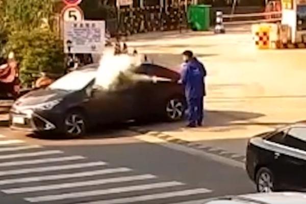주유소에서 담배 피우는 남성에게 소화기로 응징한 직원 - The AIO Entertainment/유튜브 캡처