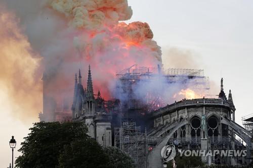 지난 15일(현지시간) 프랑스 파리 노트르담 대성당에서 큰불이 난 모습  [EPA=연합뉴스]