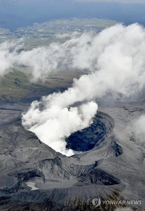 지난 2016년 일본 규슈(九州)의 아소산(阿蘇山, 높이 1,592m)에서 폭발적 분화가 발생해 연기를 내뿜는 모습 [교도=연합뉴스 자료사진]