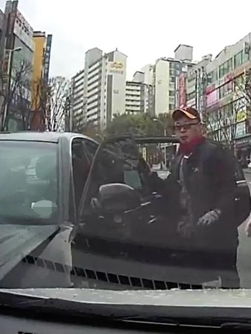 운전자가 쓰러진 사고 차량에 들어가 기어를 주차 위치에 놓은 길요섭씨. [경기남부지방경찰청 제공]