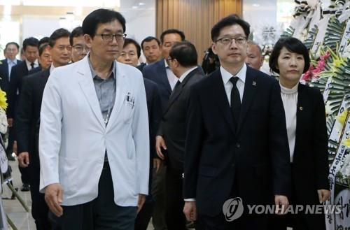 희생자 합동분향소 방문한 김경수 경남지사 [연합뉴스 자료사진]