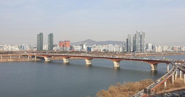서울 압구정동에서 바라본 성수동 일대. 오른쪽 '트리마제' 옆으로 성수전략정비구역이 보인다. 전형진 기자