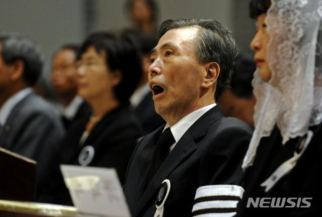 【서울=뉴시스】김선웅 기자 = 故 김대중 전 대통령의 장남 김홍일 전 의원이 20일 오후 5시께 별세했다. 향년 71세. 고인은 이날 오후 서울 서교동 자택에서 쓰러진 채 발견돼 신촌세브란스 병원으로 이송했지만 사망했다.  고인은 1948년 전남 목포 출생으로 15·16·17대 국회의원을 지냈다. 사진은 지난 2009년 8월 22일 명동성당에서 열린 故 김대중 전 대통령 장례미사에 참석한 고인의 모습. 2019.04.20. (사진=뉴시스DB) mangusta@newsis.com