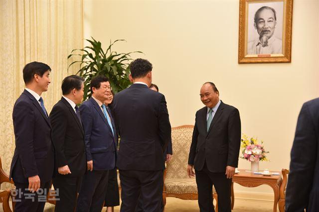 지난달 26일 베트남을 찾은 이해찬 더불어민주당 대표 등 민주당 대표단과 함께 응우옌 쑤언 푹(오른쪽) 베트남 총리 예방에 나선 김도현(오른쪽 두 번째) 대사를 푹 총리가 반갑게 맞고 있다. 하노이=정민승 특파원