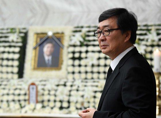 21일 서울 서대문구 신촌세브란스병원 장례식장에 마련된 고 김홍일 전 민주당 의원의 빈소에서 김홍업 전 의원이 생각에 잠겨 있다. [중앙포토]