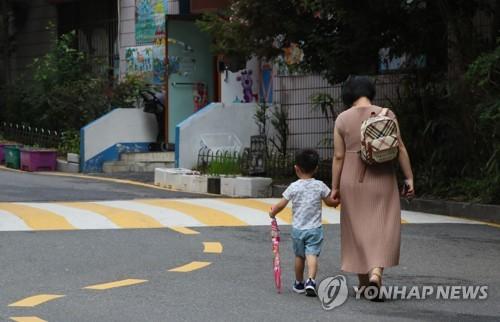 어린이집으로 걸어가는 엄마와 아이 [연합뉴스 자료사진]