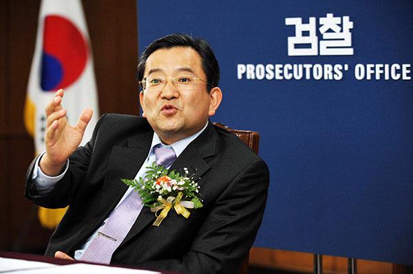 ⓒ연합뉴스 2008년 3월 김학의 당시 춘천지검장이 취임식 직후 기자간담회에서 소감을 밝히고 있다.