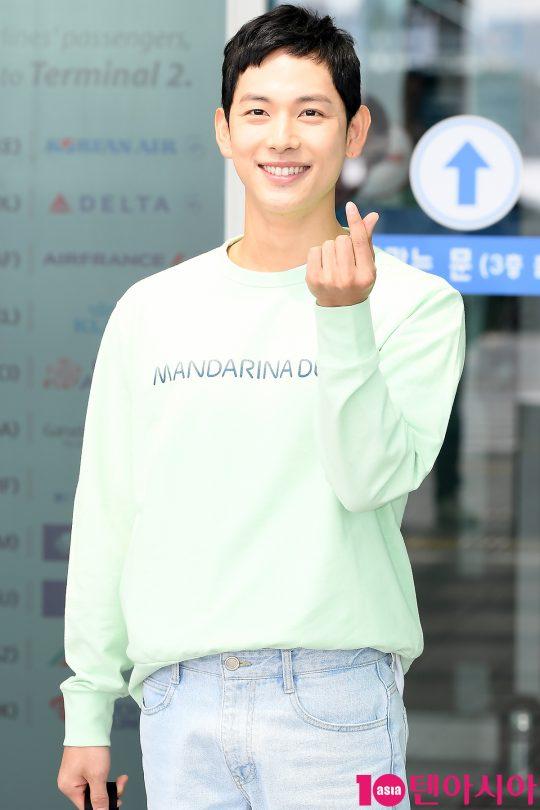 배우 임시완이 해외 일정 참석 차 24일 오전 인천국제공항을 통해 공항패션을 선보이며 일본으로 출국하고 있다.