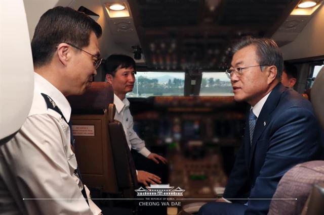 문재인 대통령이 23일 오후 중앙아시아 3개국 순방을 마치고 서울공항에 도착, 순방 기간 중 부친상을 당한 박익(왼쪽) 공군 1호기 기장을 위로하고 있다. 청와대 제공