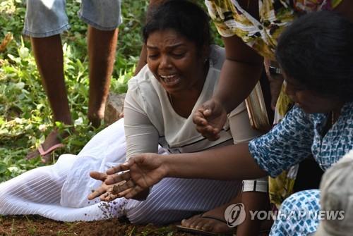 스리랑카 테러 사망자의 장지에서 오열하는 주민들 [AFP=연합뉴스]