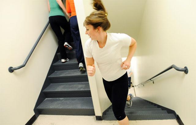 운동 삼아 계단을 오르려면 무릎도 건강하고 근력도 뒷받침되어야 한다. 사진 출처 게티이미지뱅크