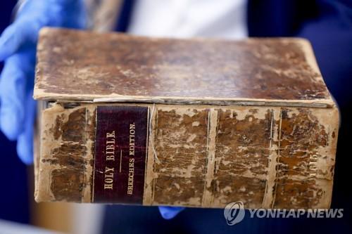 미국에 돌아온 1615년 판 '제네바 성경' [AP=연합뉴스]