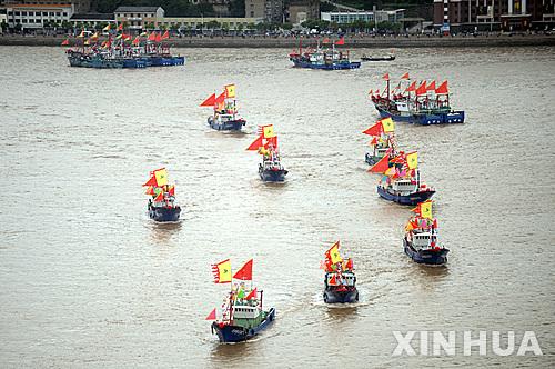 【저장성=신화/뉴시스】16일 중국 저장(浙江)성 샹산(象山)의 스푸(石浦)항에서 댜오위다오(釣魚島, 일본명 센카쿠(尖閣)열도)를 향한 어선들이 출항하고 있다. 중국 언론에 따르면 평년 기준인 1000여척의 어선들이 댜오위다오 해역에서 조업했지만 이번 해에는 그 10배에 해당하는 1만여척의 어선들이 이 해역에서 조업할 것으로 예상된다. 이는 양국 간 영유권 충돌가운데 중국 어민들이 주권을 주장하는 인해전술식 조업으로 분석됐다.