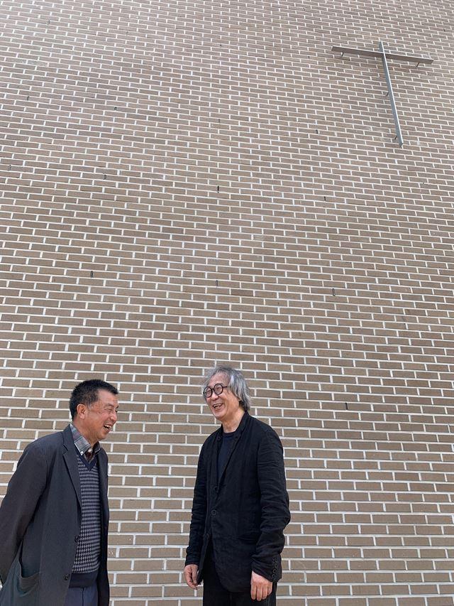 18일 완공된 하양무학로교회를 방문한 승효상(오른쪽) 국가건축정책위원장이 조원경 목사와 단출한 철재 십자가 아래에서 즐겁게 이야기를 나누고 있다. 강지원 기자