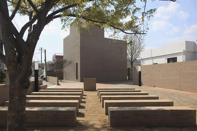 하양무학로 교회의 야외 예배당은 동네 주민들이 오다가다 쉴 수 있는 쉼터이기도 하고, 날이 좋은 날 밖에서 예배를 드릴 수 있는 공간이기도 하다. ©김종오 건축사진작가