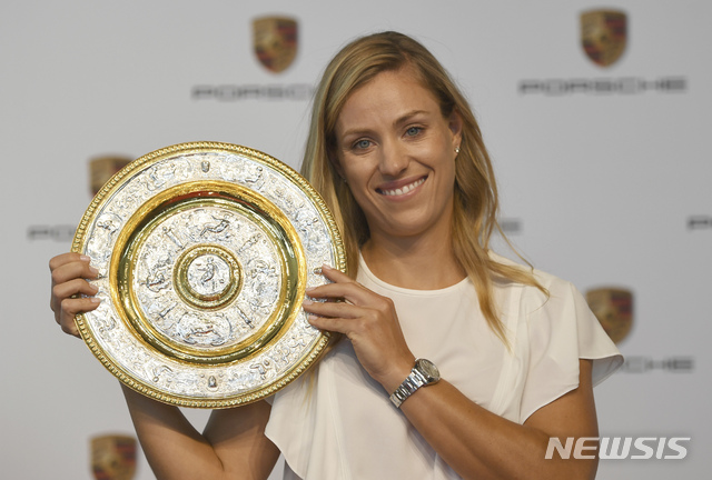 안젤리크 케르베르가 지난해 윔블던 여자단식 우승 사흘 뒤인 7월18일 고향 수튜트가르트에서 트로피를 들어보이고 있다   AP