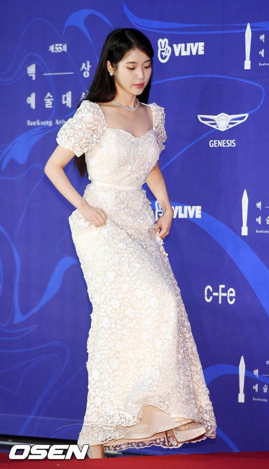 <p> 1 PM Seoul COEX of Gangnam-GU in '2019 55th whites Arts Awards' Red Carpet ceremony proceeded.</p><p>The singer cum actress IU(Lee Ji-eun)Red Carpet to tread.</p>