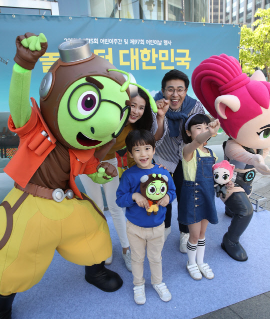<p>2019 15th Annual Childrens week and 97 annual Childrens Day Pretty girl Child Rights festival Ambassadors to the selected animation Running Man Character model with their 2-day Seoul Gwanghwamun in the Childrens Day Pretty girl PR. Childrens Day Pretty girl is 5 days old Seoul City Hall Square to visit the children Running Man game with missions and all products that receive events to enjoy.</p>