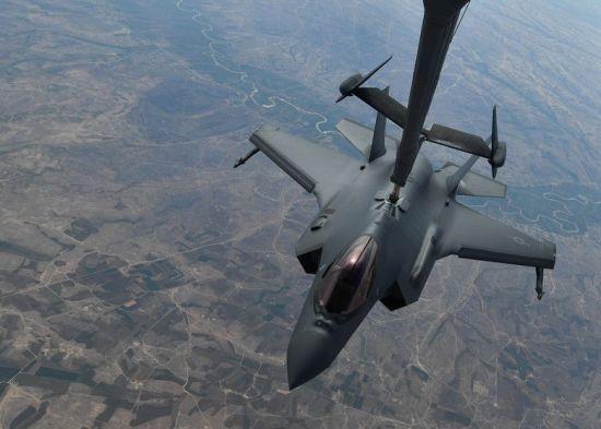 지난달 30일 실전배치 된 뒤 공중급유를 받고 있는 F-35A 전투기의 모습(사진=미 공군 홈페이지/www.af.mil)