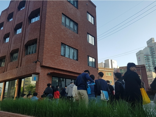 블루보틀 한국 1호점 성수점에 모인 인파 tsl@yna.co.kr