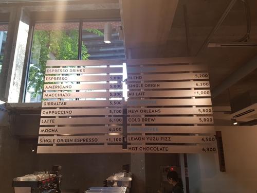 블루보틀 한국 메뉴판 에스프레소와 아메리카노가 각각 5천원이다.  tsl@yna.co.kr