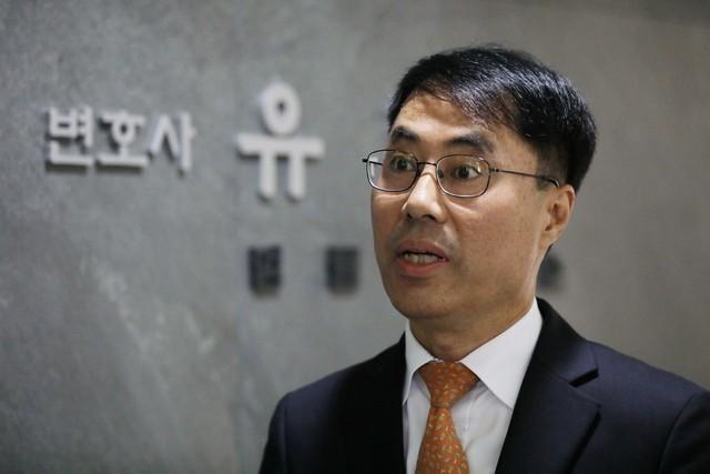 유해용 전 대법원 수석재판연구관이 지난해 9월 11일 오후 서울 서초구 자신의 사무실 앞에서 압수수색이 끝난 뒤 입장발표를 하고 있다.  백소아 기자 thanks@hani.c
