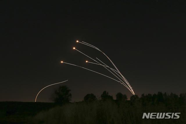 【스데로트(이스라엘)=AP/뉴시스】4일 밤 이스라엘 스데로트 상공에서 이스라엘군의 아이언돔이 팔레스타인 무장단체 하마스가 발사한 로켓포 공격을 공중에서 요격하고 있다. 한달 넘게 답보 상태를 보이던 양측 간 교전이 이날 다시 격화돼 하마스가 200발이 넘는 로켓포 공격을 가하고 이스라엘은 약 120차례 보복 공습을 가했다. 37살의 임신부와 그녀의 14달 된 딸을 포함해 팔레스타인인 4명이 숨지고 80세 노파 등 이스라엘인 3명이 부상했다. 2019.5.5