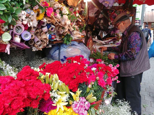 서울 종로3가에서 38년째 꽃가게를 운영한다는 차오성씨가 어버이날 선물용 카네이션 바구니를 만들고 있다.