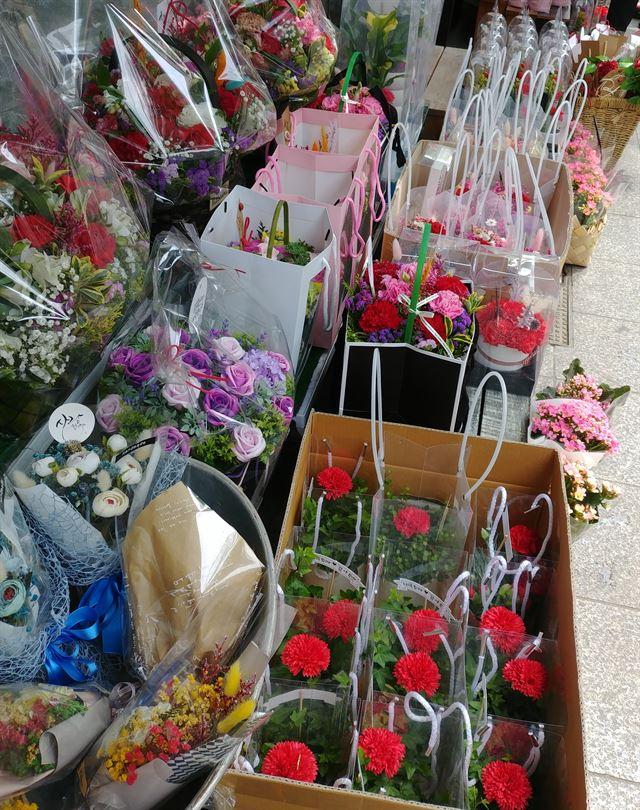 어버이날인 8일 오후 서울의 한 꽃가게 앞에 주인을 찾아가지 못한 다양한 카네이션들이 진열돼 있다.