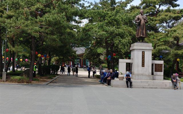 어버이날인 8일 '노인들의 성지'인 서울 종로구 탑골공원에서도 왼쪽 가슴에 카네이션을 단 노인은 그리 많지 않았다.