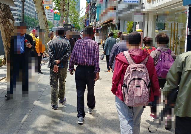 8일 오후 노인 유동인구가 많은 서울 종로 3가. 맨 왼쪽 노신사 정도를 제외하면 카네이션을 단 이들이 거의 눈에 띄지 않았다.