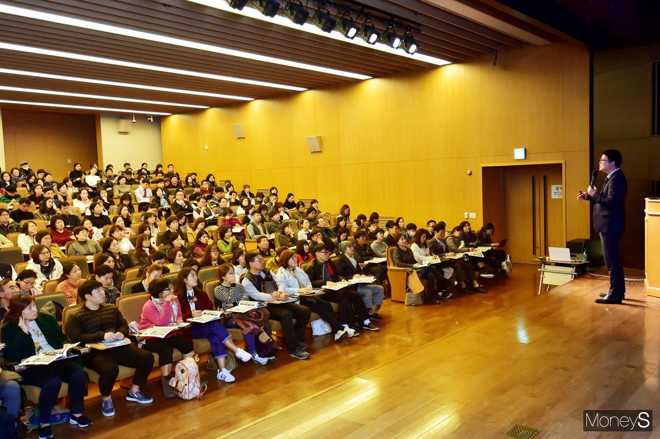 제12회 머니톡콘서트가 오는 28일(화) 오후 2시30분부터 서울 여의도 금융투자협회 3층 불스홀에서 무료로 개최된다. 사진은 지난 머니톡콘서트 강연 모습. /사진=임한별 기자