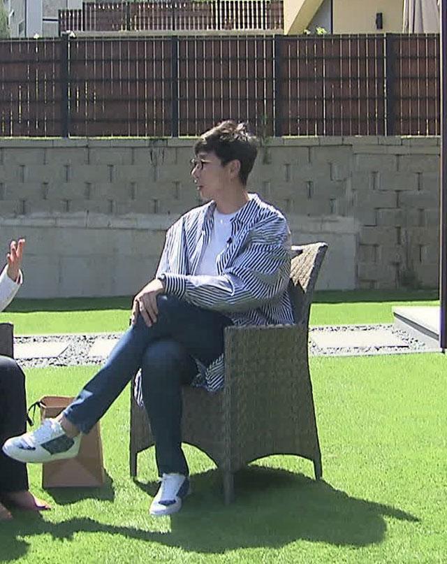 OK 저축은행 선수들이 생일에 선물한 신발을 신고 인터뷰에 나선 김세진 감독