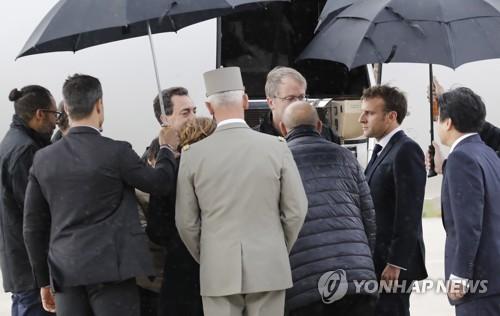 (파리 EPA=연합뉴스) 아프리카에서 납치됐다가 프랑스군 특수부대에 구출된 프랑스인 2명과 한국인 1명을 파리 근교 군비행장에서 에마뉘엘 마크롱 대통령이 11일 직접 환영하는 모습.