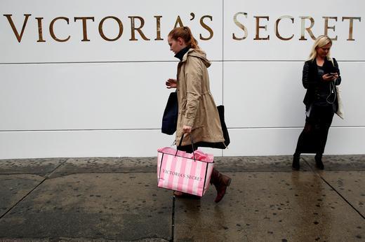 뉴욕 맨하탄에서 한 여성이 빅토리아 시크릿 쇼핑백을 들고 거리를 걷고 있다. [로이터]